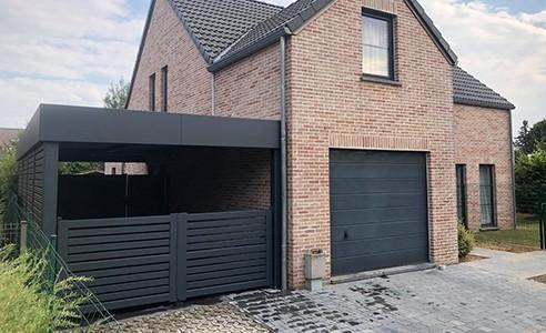 carport portail gris adosse maison