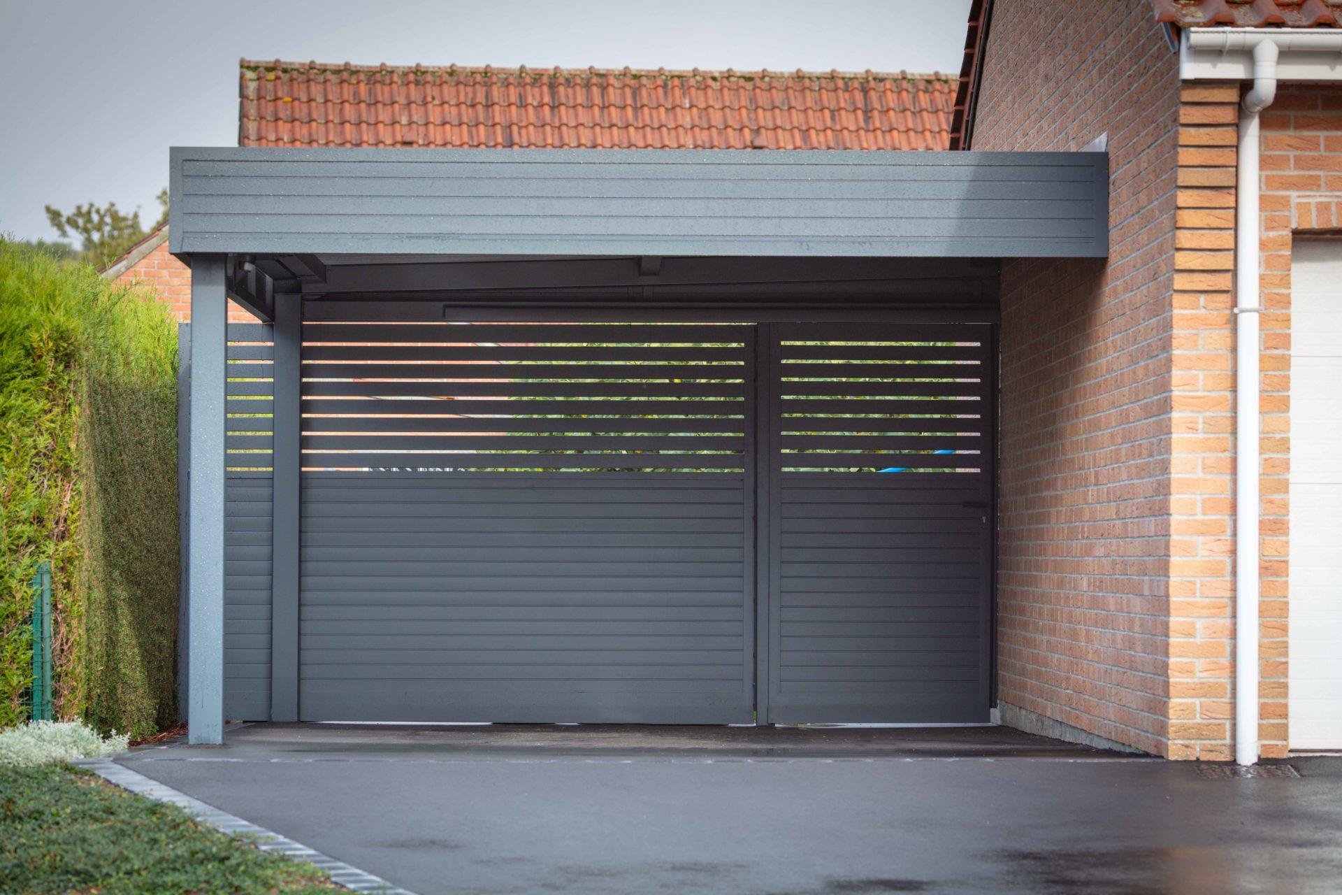 Carport aluminium Auteuil adossé avec brise-vues plein et ajouré