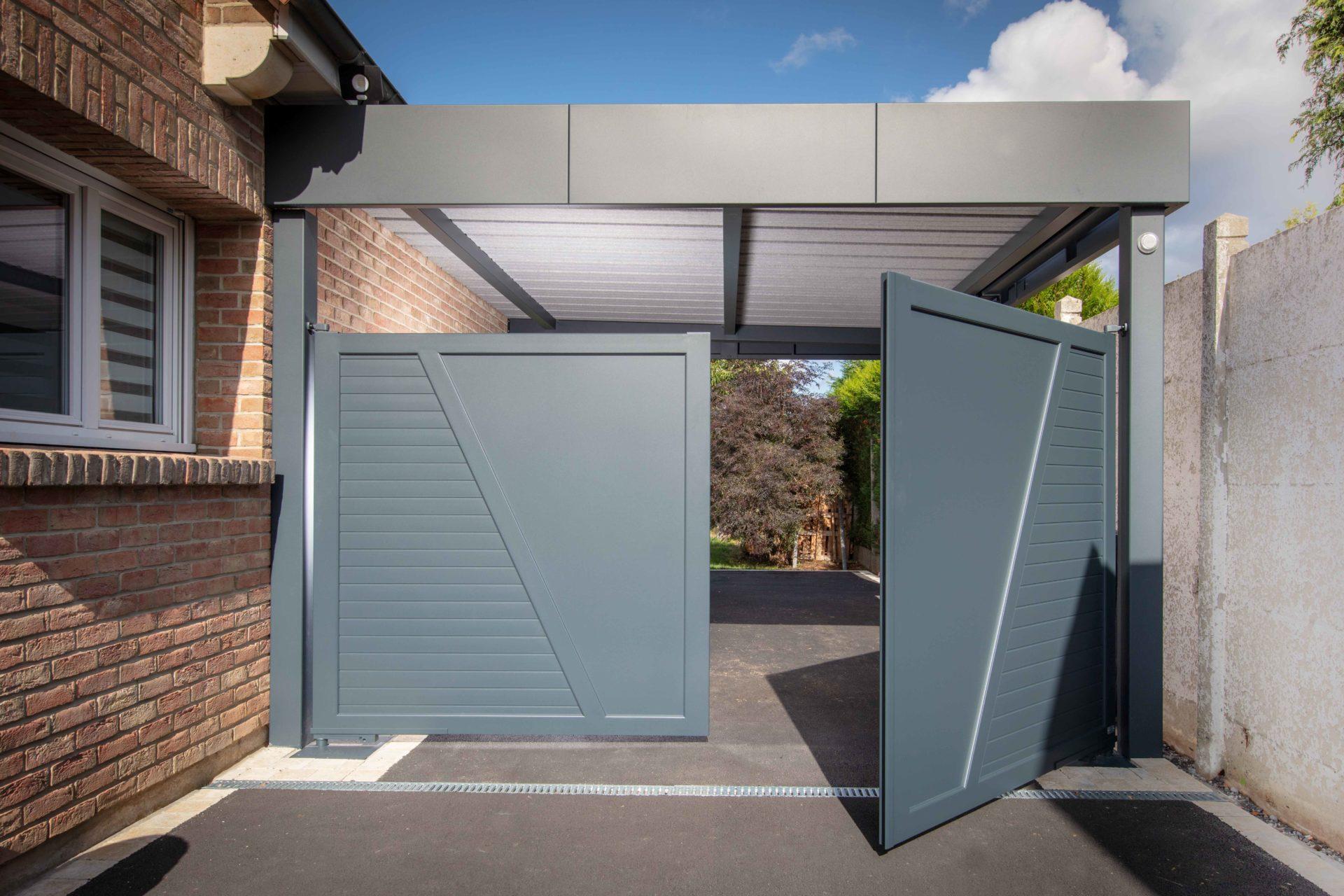Carport aluminium Horizon adossé avec portail intégré sur le carport