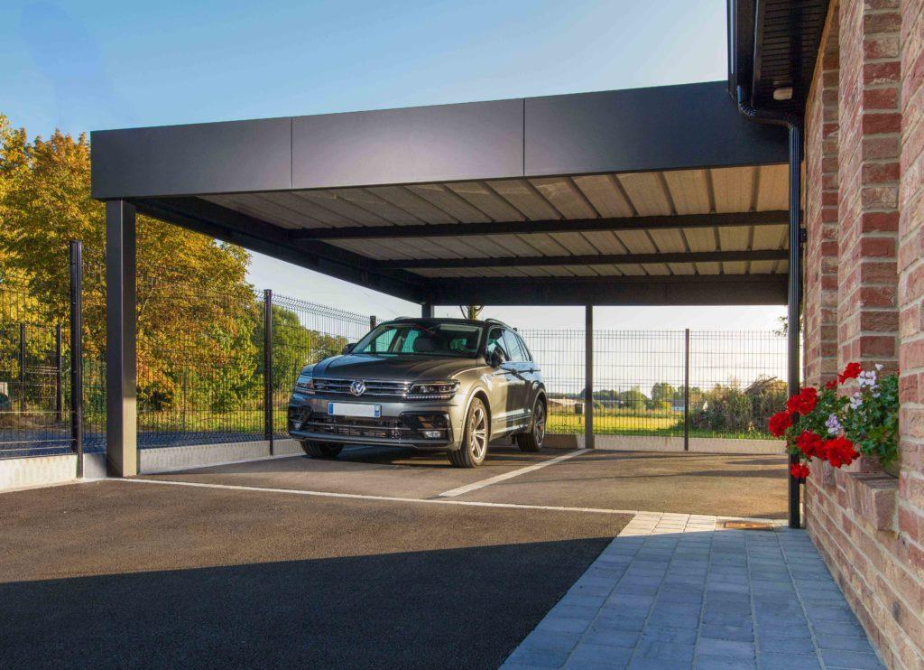 Carport aluminium bandeau Horizon adossé à la maison
