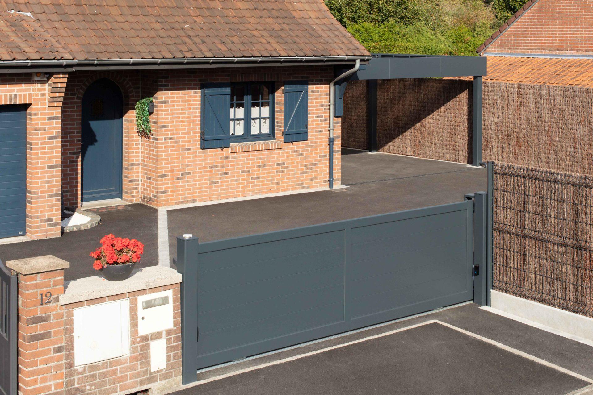 Carport aluminium Horizon adossé avec toiture polycarbonate, brise-vues et porte coulissante
